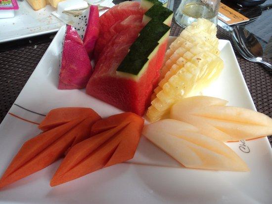 Chaweng Noi Pool Villa : фрукты на завтрак