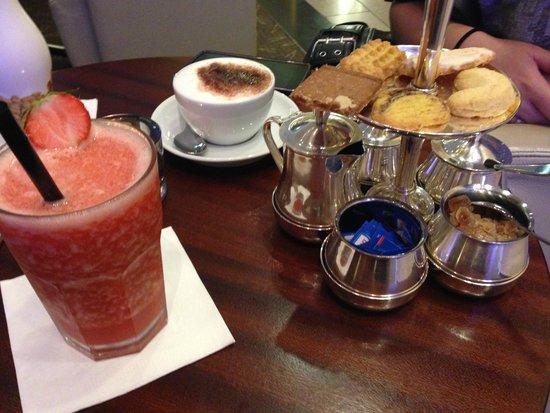 Pullman Berlin Schweizerhof: Drinks at the bar