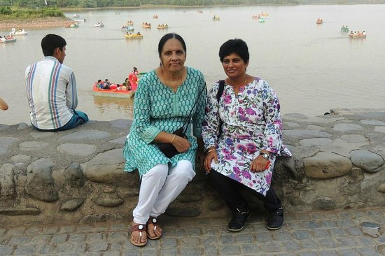 Sukhna Lake: relaxing on the bank