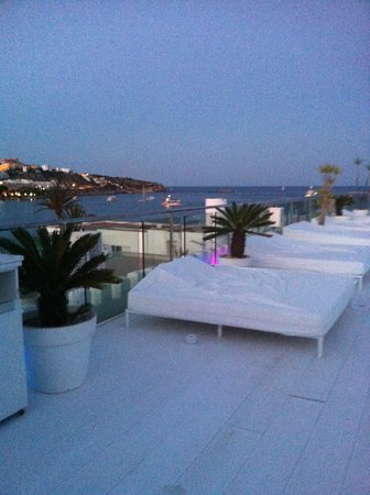 Hotel Es Vive: Seaview from sun beds