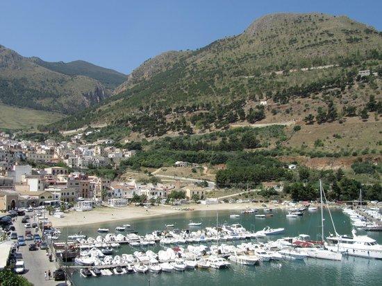 Hotel Cala Marina: Zicht op hotel rechts