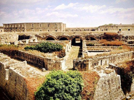 Castillo de San Fernando: Vista interior