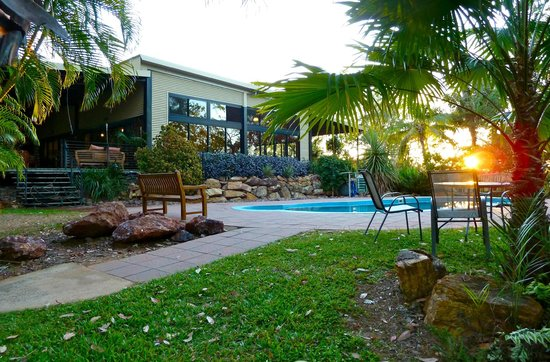 Mary River Wilderness Retreat & Caravan Park: Communal pool and dining decks