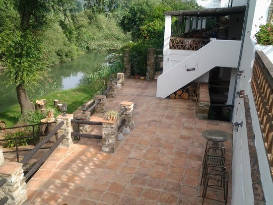 Hotel el Gecko : Dining terrace and lower terrace with access to the River Guadiaro