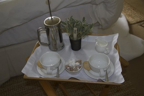 Driftwood Hotel: Coffee served to the room on a tray