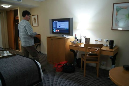 Rydges World Square Sydney Hotel: tv area
