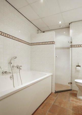 NH Amsterdam Schiphol Airport: Bathroom