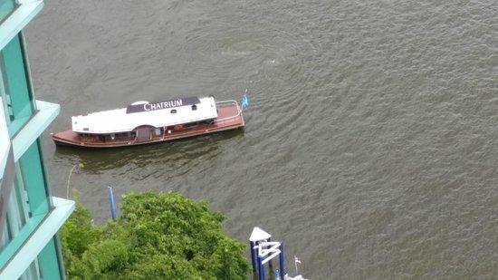 Chatrium Hotel Riverside Bangkok: View of Chatrium Boat Shuttle from 27th floor balcony