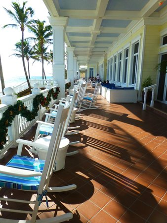Pelican Grand Beach Resort, A Noble House Resort: Pelican Grand Beach Resort - Veranda