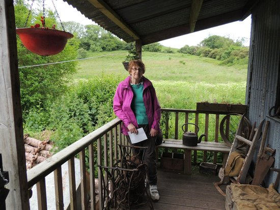Tin Shed Experience: veranda of the Cottage