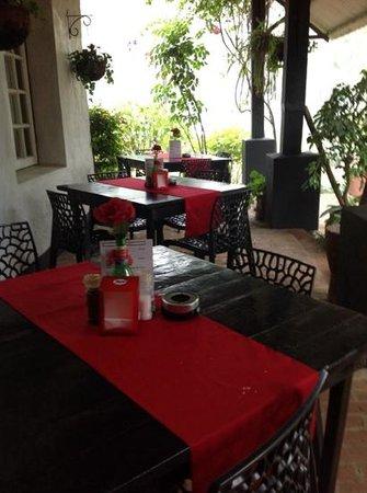 Cafe Mandala : khonde (verandah) seating
