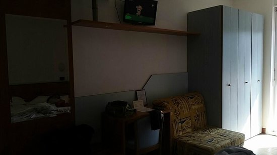 Lignano Pineta, Italien: stanza buia e datata