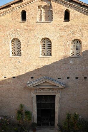 Hotel Santa Prassede : Во дворе вход в церковь