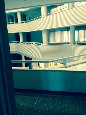 Munamar Beach Hotel: Most room are accessed of this internal lobby, reception is at the bottome of this...thus the no
