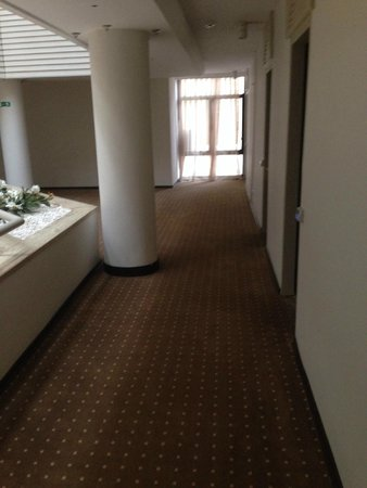 Munamar Beach Hotel: Directly outside our room, 80's carpet, grey chapel of rest style curtains, 80's plastic ivy+flo