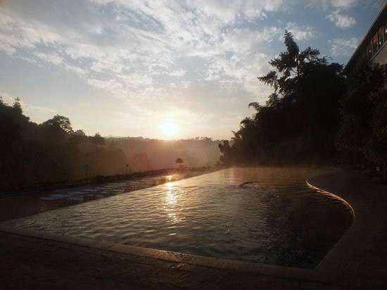 Padma Hotel Bandung : Sunrise from the swimming pool