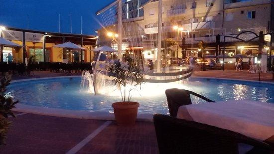 O Capitano Mio Capitano: nave con fontana in piscina