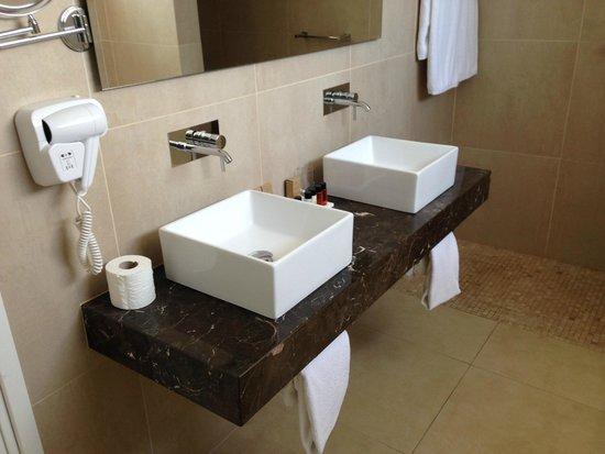 Amphora Hotel & Suites: bathroom