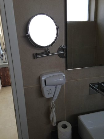 Amphora Hotel & Suites: bathroom