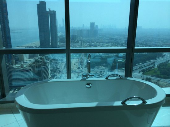 Jumeirah at Etihad Towers: Stunning view from the bathroom