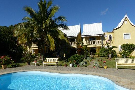 La Mariposa: Blick vom Pool zu den Zimmern mit seitlichem Meerblick