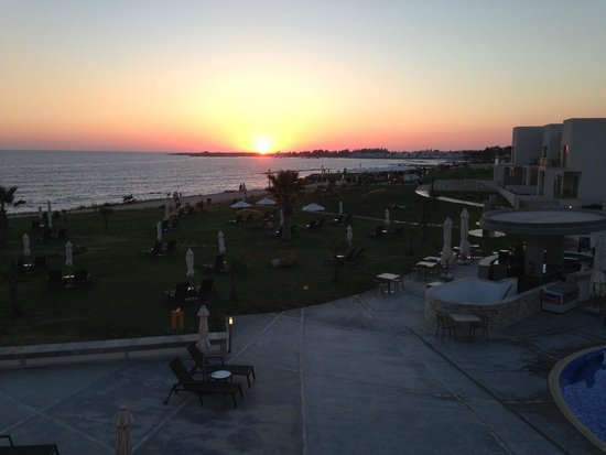 Amphora Hotel & Suites: balcony view of sunset