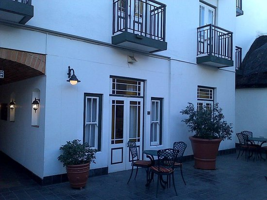 Stellenbosch Hotel: Rooms on the outside