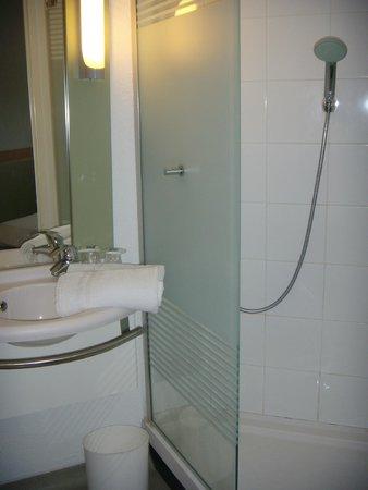 salle de bain picture of ibis budget toulouse cite de l 39 espace 1 toulouse tripadvisor. Black Bedroom Furniture Sets. Home Design Ideas