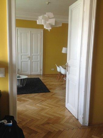 Hotel Altstadt Vienna: Blick vom Schlafzimmer in das Wohnzimmer