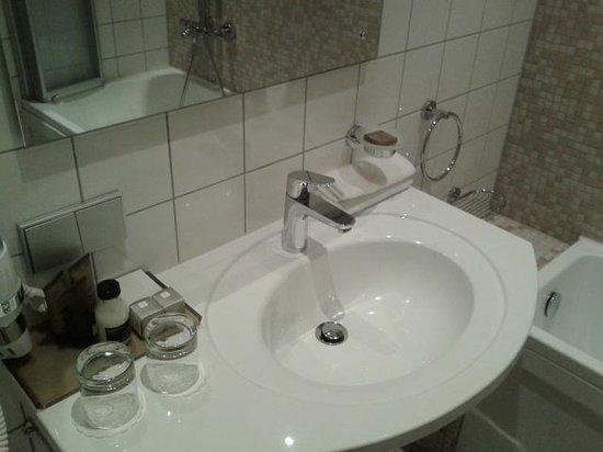 SemaraH Hotel Metropole : Ванная комната