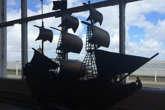 The Ship Inn Restaurant: A ship with a sea view...