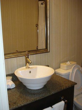 Holiday Inn Express & Suites Atlanta Downtown: bathroom room 807