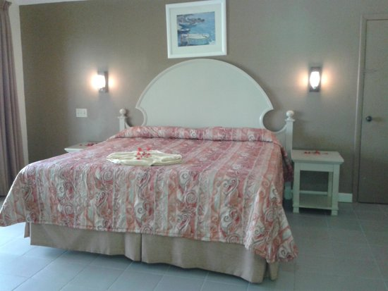 Fantasy Island Beach Resort: King Size bed