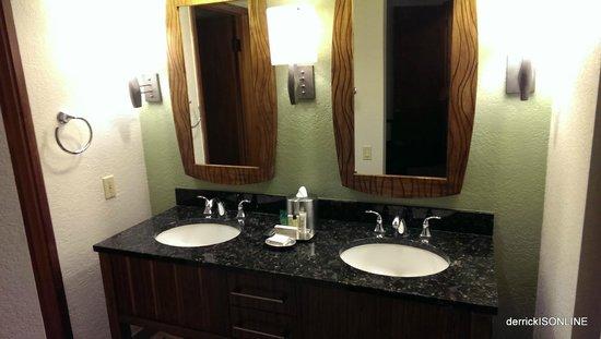 Waikoloa Beach Resort: Double Vanity (sits outside of bathroom)