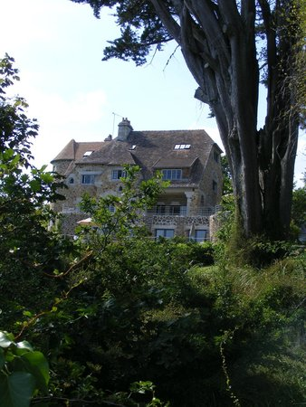 Manoir Dalmore: HOtel from the beach road