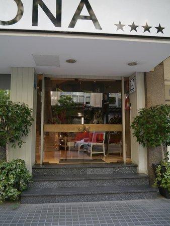 Barcelona Atiram Hotel: 正面玄関 玄関前に3段くらいの階段があるのがちょっと…。