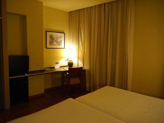 Barcelona Atiram Hotel: ツインルーム スーツケース2つ広げても充分な広さです。
