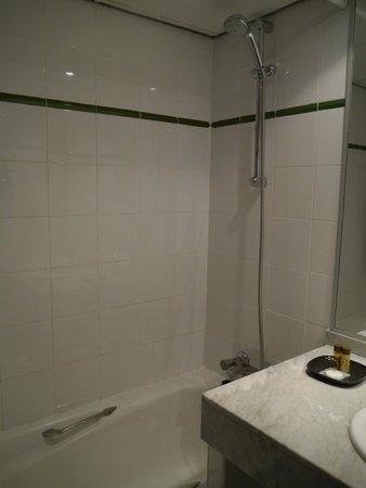 Barcelona Atiram Hotel: バスルーム ツインルームで特にリクエストはしませんでしたが、浴槽付きでした。水圧も充分でした。