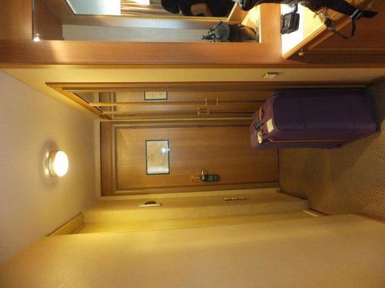 Divani Caravel Hotel : Entrance Hallway