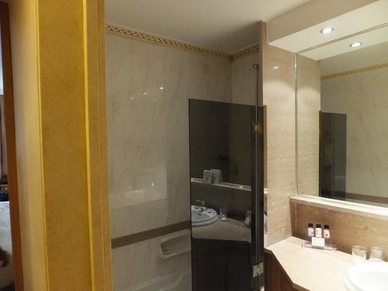Divani Caravel Hotel: Bathtub and shower