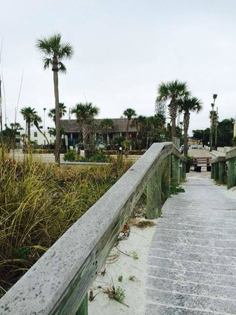 Sabal Palms Inn: Sabal from Beach Walkway