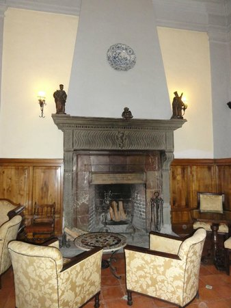 San Domenico Palace Hotel: Cheminée du bar intérieur