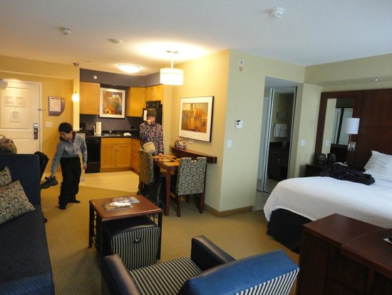 Residence Inn Toronto Downtown/Entertainment District: View towards the kitchen