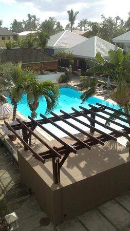 Hôtel Les Créoles : la piscine le jour vu de la chambre