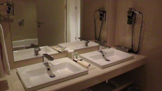 Dostyk Hotel: Parte del bagno