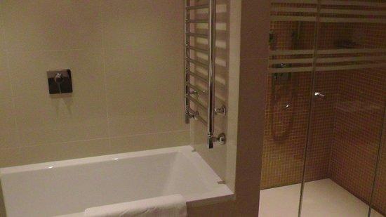 Dostyk Hotel: Vasca in bagno