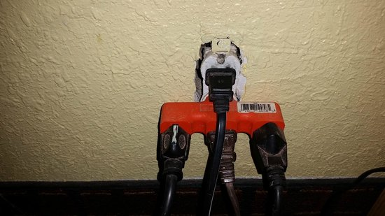 Econo Lodge : Exposed outlets at Econolodge Carlsbad