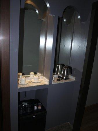 Sercotel Gran Hotel Luna de Granada: mini bar, cafetera