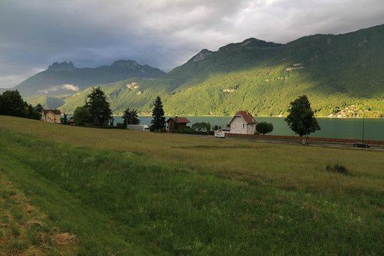 Camping La Ravoire: Across lake Annecy from outside the campsite