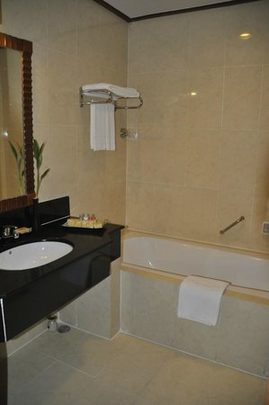 Sokha Beach Resort: Bathroom... also has a separate shower.